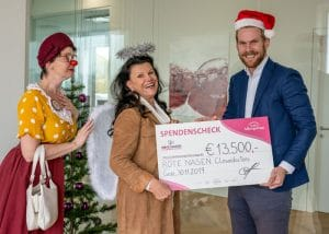 Dank der Spendenaktion konnte das Institut AllergoSan 13.500 Euro an die ROTE NASEN Clowndoctors übergeben.
